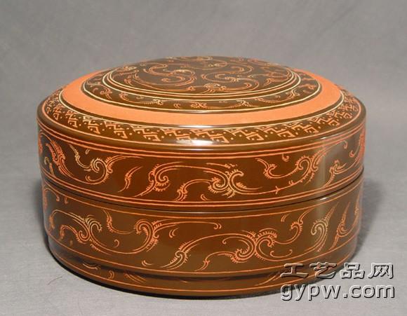 一、中国的漆器 中国是最早的使用漆器的国家,使用漆器工艺早在新石器时代就已出现,迄今发现最早的漆器是距今7000年前的河姆渡文化的木碗,至夏商时,漆器不仅用于日常生活,也用于祭祀,并常用朱、黑二色来髹涂,在1973年河南成蒿成台西村商代遗址中发现有漆器残片,而且在木胎上雕饰饕餮纹,并涂上朱、黑两色的漆。秦、汉时代漆器工艺走向繁荣兴盛的的重要时期,当时漆器是贵重物品的代表,因它胎体轻便、方便使用、光泽美丽,一度取代了青铜器。唐宋元时期的雕漆工艺已登上了历史发展的顶峰,出现了一些剔红、剔犀和戗金器的名品。明
